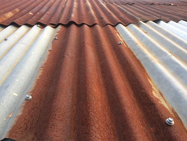 Vecchio tetto arrugginito