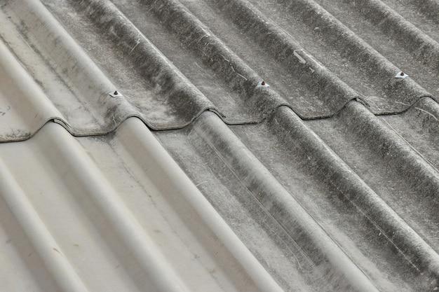 Vecchio tetto di amianto arrugginito