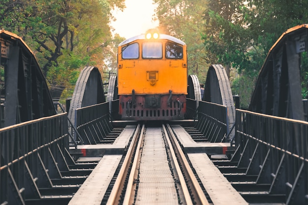 Vecchio treno sopra il fiume kwai in kanchanaburi, tailandia