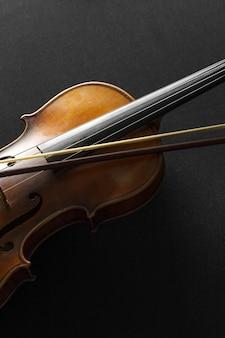 Vecchio violino su fondo nero