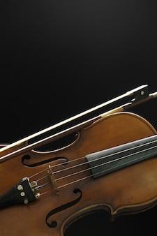 Vecchio violino su un nero