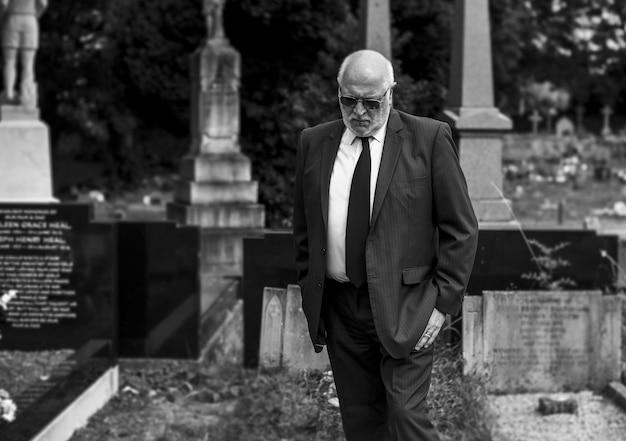 Vedovo solitario che piange al cimitero