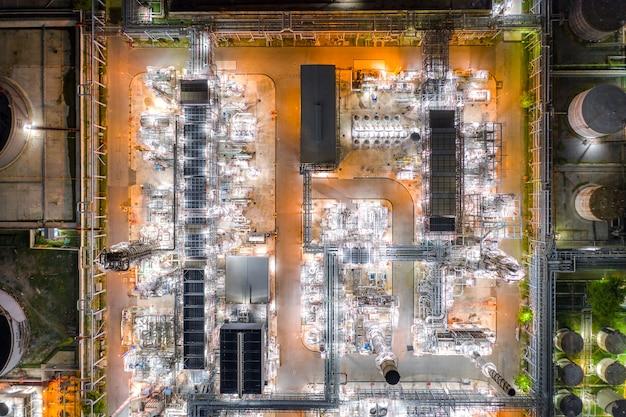 Veduta aerea dell'industria petrolifera e del gas - raffineria al crepuscolo
