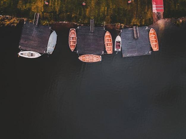 Veduta aerea della rimessa per imbarcazioni. barche da addestramento di canottaggio ormeggiate al molo. russia, san pietroburgo.