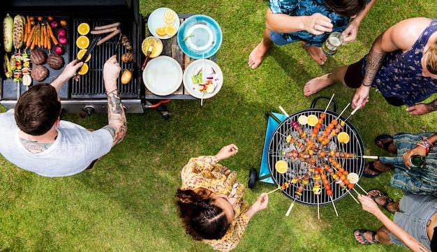 Veduta aerea di barbecue che cuociono alla griglia su carboncini