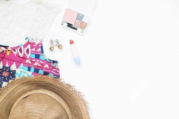 Veduta aerea di donna essenziali e cosmetici su sfondo bianco, beach e bellezza concetto di moda