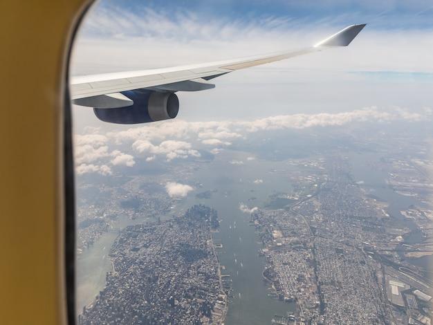 Veduta aerea di new york attraverso la finestra dell'aeroplano