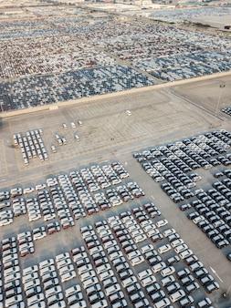 Veduta aerea di nuove auto parcheggiate nell'area di parcheggio della fabbrica di automobili