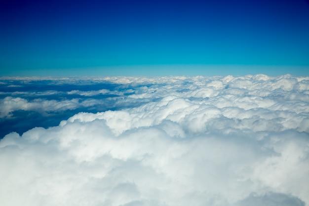 Veduta aerea di nuvole soffici dall'alto come un mare