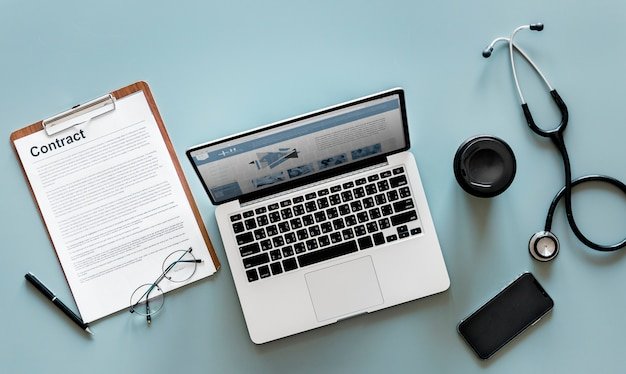 Veduta aerea di stetoscopio medico e computer portatile