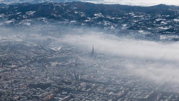 Veduta aerea di torino. torino paesaggio urbano dall'alto, italia. inverno, nebbia e nuvole sullo skylline. smog e inquinamento atmosferico.