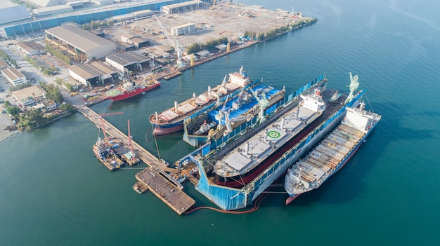 Veduta aerea di un cantiere navale di riparazione