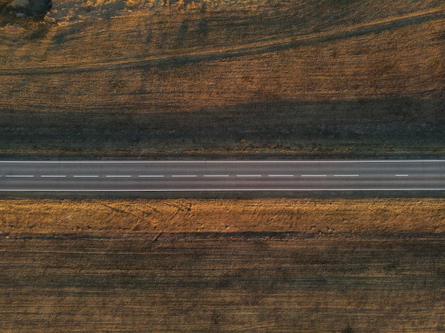 Veduta aerea di una strada estiva