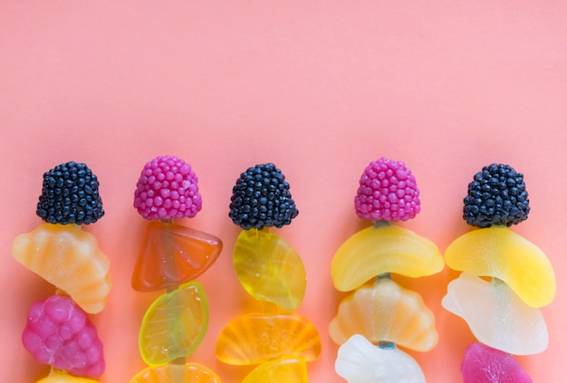 Veduta aerea di varie caramelle gommose