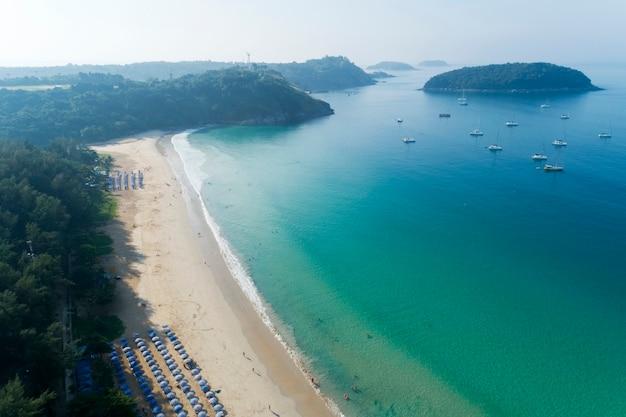 Veduta aerea drone tiro di nai harn beach bella spiaggia a phuket in thailandia