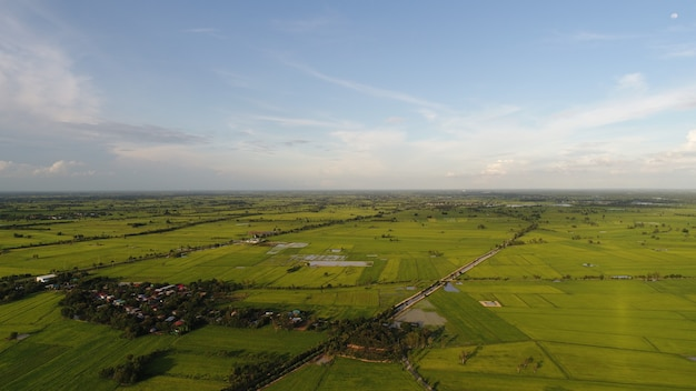 Veduta aerea sul piccolo villaggio, strada di campagna.