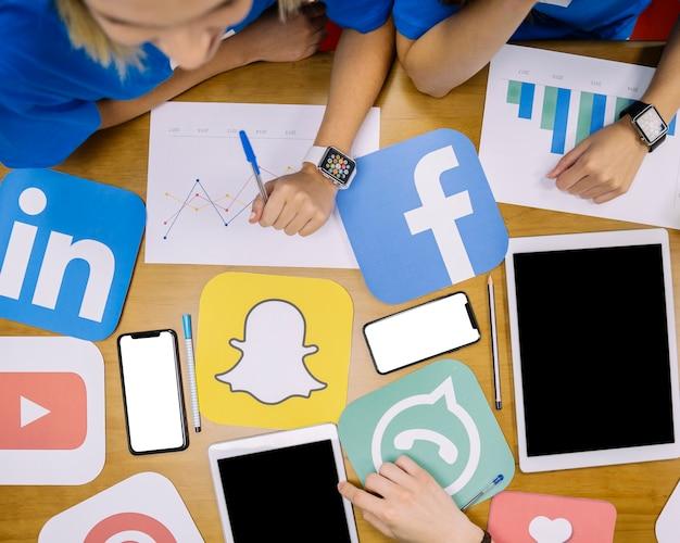 Veduta dall'alto del piano di social media che lavora sul posto di lavoro