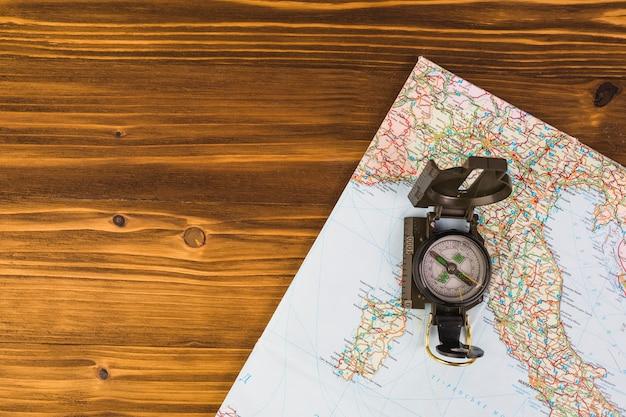 Veduta dall'alto della bussola sulla mappa del mondo