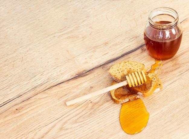 Veduta dall'alto di pane e miele con mestolo di miele