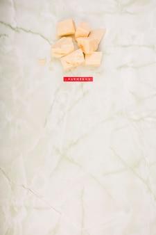 Veduta dall'alto di parmigiano su marmo