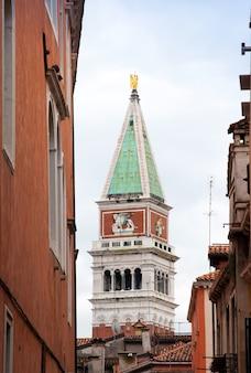 Veduta del campanile di san marco tra le case.