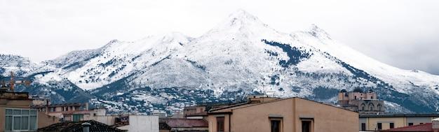 Veduta di palermo con la montagna innevata. monte cuccio