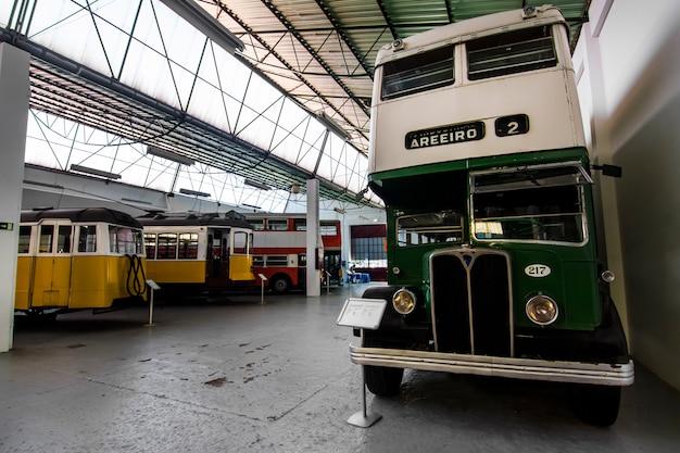Veduta di un pezzo da museo della storia dei tram elettrici a lisbona, in portogallo.