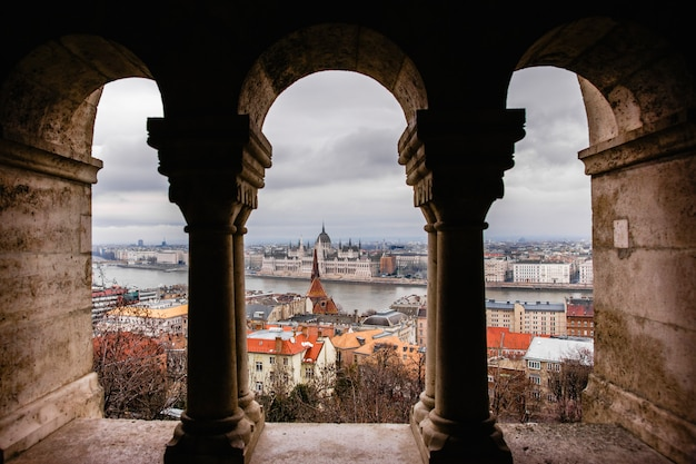 Vedute del parlamento ungherese attraverso le mura del castello di budapest.