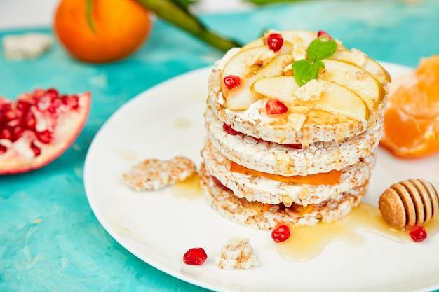Vegan, dieta, torta di compleanno naturale biologica con riso croccante