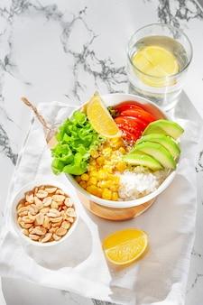 Vegetariano buddha bowl sul tavolo