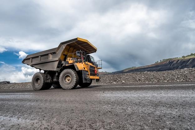 Veicolo in vista miniera di carbone