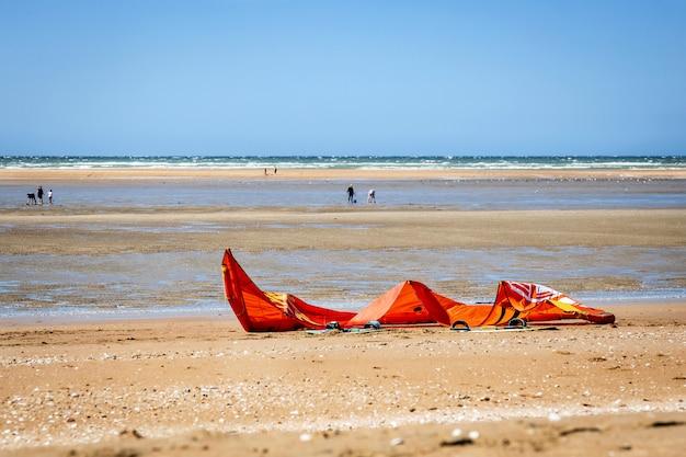Vela da kitesurf su una spiaggia della normandia