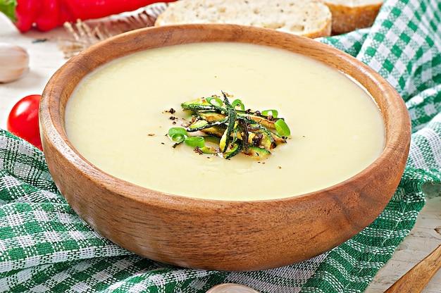 Vellutata di zucchine con aglio e peperoncino