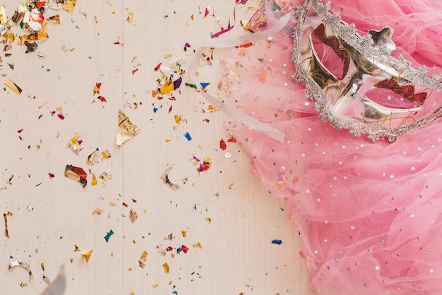 Velo rosa chiaro e maschera di carnevale