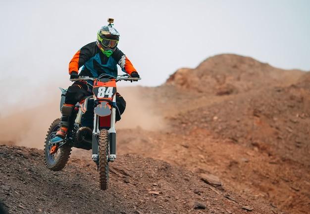 Velocità e potenza della gara di motocross in sport estremi, concetto di azione sportiva