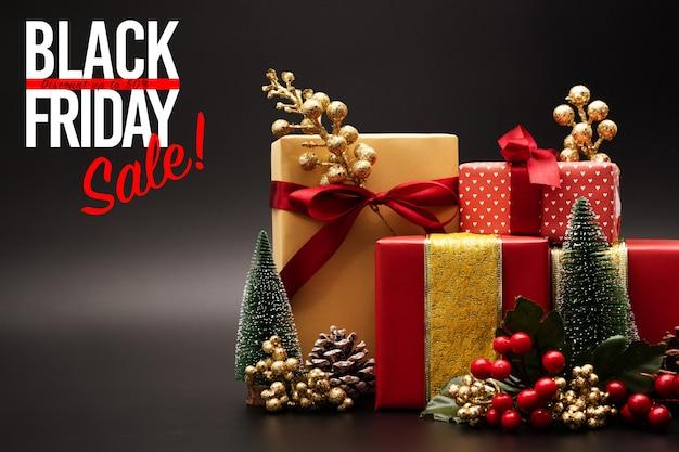 Vendita del black friday, confezione regalo di lusso su sfondo nero
