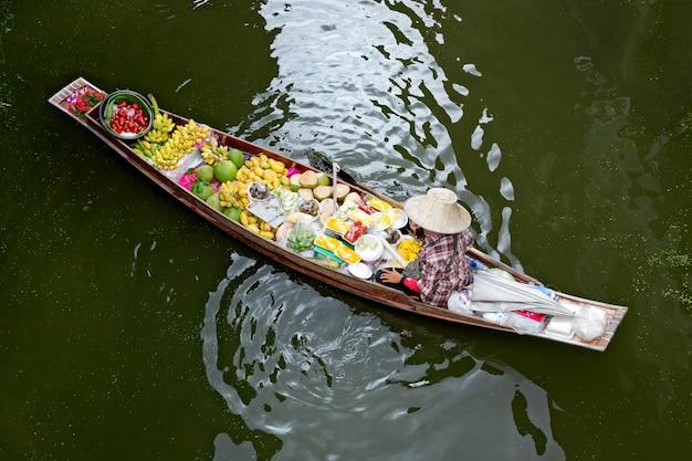 Vendita delle barche al mercato di galleggiamento in tailandia.