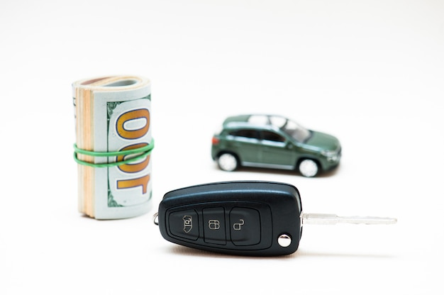 Vendita di auto. chiave piccola, macchina piccola, soldi.
