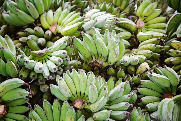 Vendita di banane verdi appena tagliate.