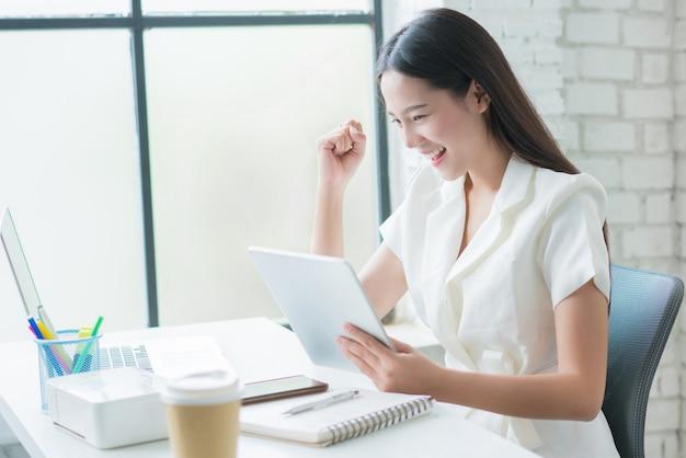 Vendita di donna asiatica online speciale è soddisfatta del successo commerciale