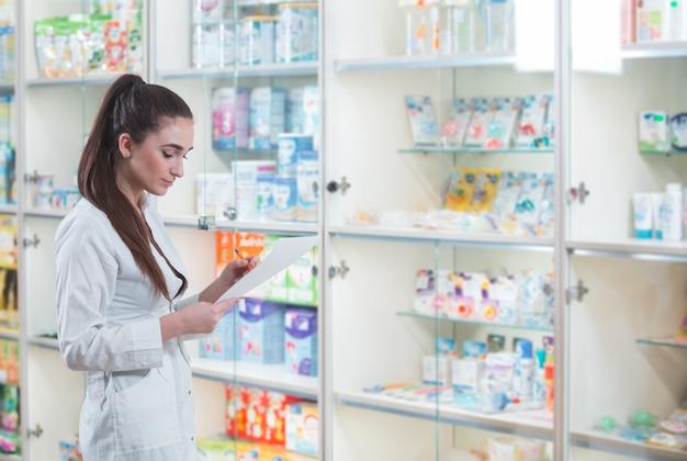Vendita di farmaci in una rete di negozi di farmacie.