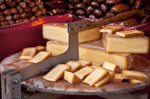 Vendita di formaggi locali in un mercato all'aperto degli agricoltori