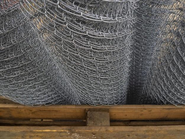Vendita di scherma, arrotolata in rotoli. griglia in acciaio zincato in stock. recinzione con cellule di grandi dimensioni