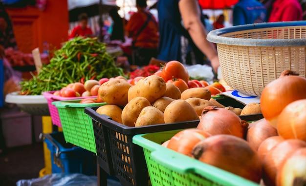 Vendita di verdure al mercato fresco, cibo sano