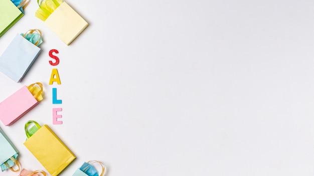 Vendite con il concetto di sacchi di carta con spazio di copia