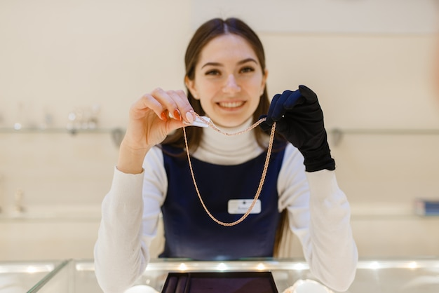 Venditore femminile che dimostra la decorazione dell'oro