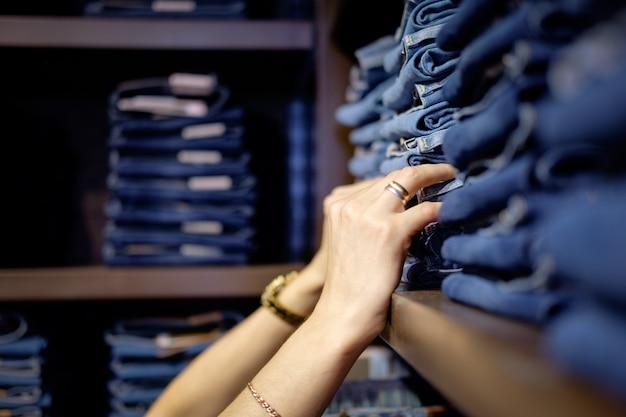 Venditore nel negozio di jeans