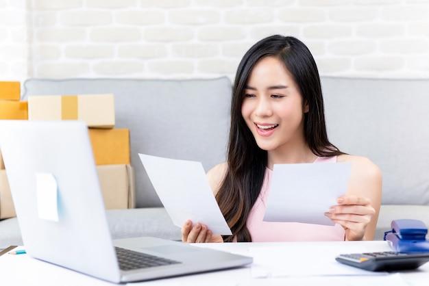 Venditore online freelance della giovane donna che lavora a casa