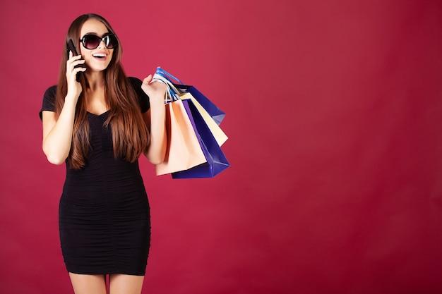 Venerdì nero. donna con la scritta black friday e sacchetti regalo