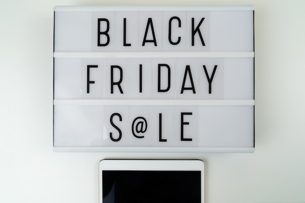Venerdì nero testo di vendita scritto sulla scatola leggera